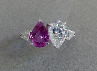 Bague or blanc duo diamant taille poire 1,81 carat H SI1 certifié et Saphir rose 2carats13 modif thermiquement plus diamants tricorne/ Création.  Px : 25 000 euros New setting: white gold diamond 1,81 HSI1 certificate and pink sapphire 2,13 cts heated ring  and tricorne diamonds.