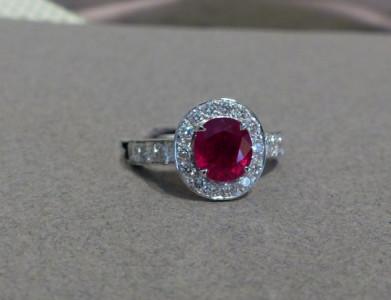 Bague or blanc et d'un rubis ovale  2cts07 certifié et diamants taille brillant 0ct98      Création. . Prix demandé:  7 000 euros..