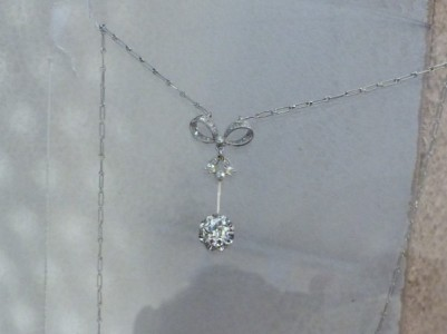 Collier or blanc et son pendentif diamants. Diamant taille poire du pendentif 1ct23  DVS2 certifié et petit diamant taille marquise sur bêlière 0ct10.  Prix demandé: 18 500 euros.