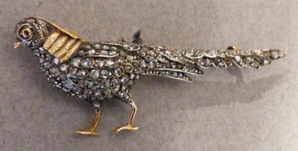 Broche en cristal de roche  gravé de deux couleurs  . Email noir et diamants, ossature or blanc. Signée: Lydia COURTEILLE Paris.   Dim: Long 9 cm larg 4,25 cm.   Prix demandé: 7 600 euros.