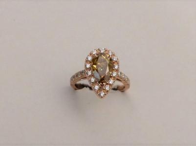 Bague or jaune écaille de tortue , corail et diamants. Années 1935/1940.  Longueur: 28 mm et 13 mm large. Ciselure sur le champ. Prix demandé: 2800 euros.