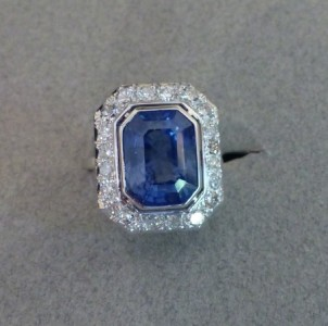 Bague or blanc Saphir naturel  7cts20 certifié Ceylan et diamants en entourage. Année 1970.